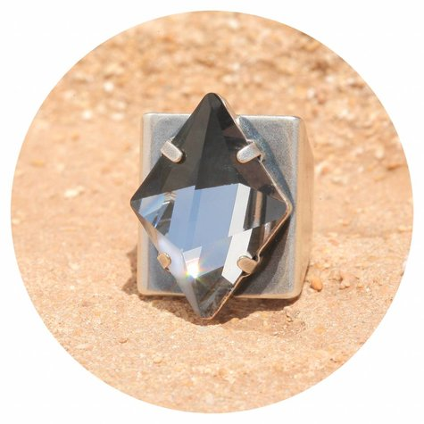 artjany Ring mit einem crystal designed by Chris Bangle in crystal moroda