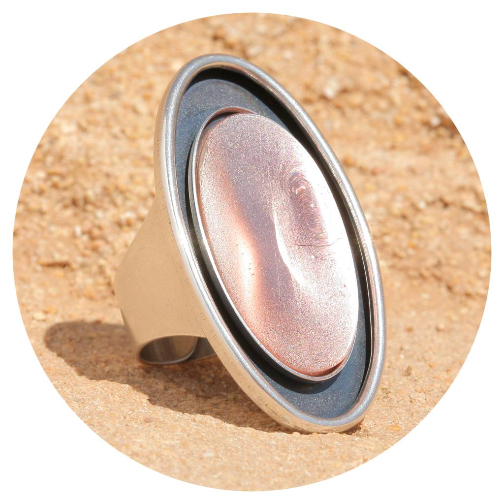 artjany Ring mit einem ovalen Cabochon in silberrose