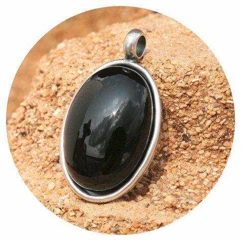 artjany Anhänger mit einem ovalen Cabochon in schwarz