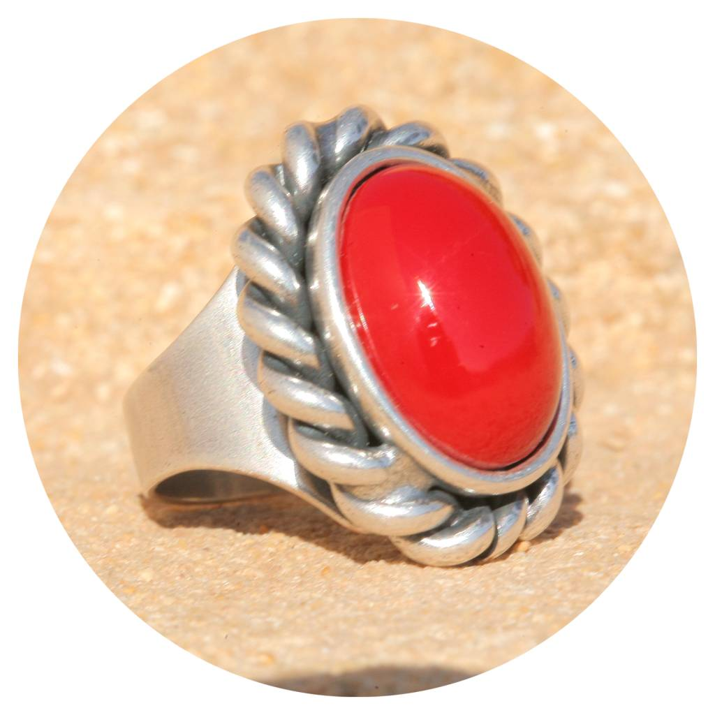 artjany Ring mit einem Cabochon in coral red