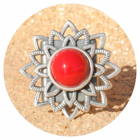 artjany Mandala Ring mit einem Cabochon in coral red
