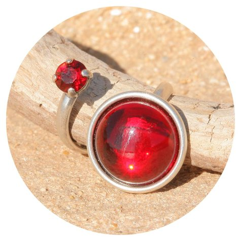 artjany Ring mit einem Cabochon & crystal in rot