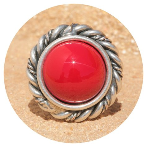 artjany Ring mit einem Cabochon in coral red opaque
