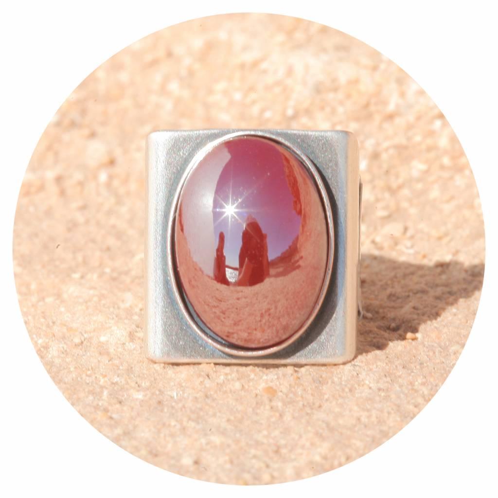 artjany Ring mit einem Cabochon in royal red