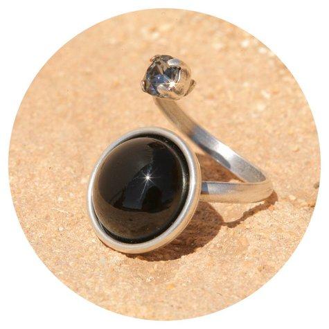 artjany Ring mit einem cabochon & crystal  in schwarz