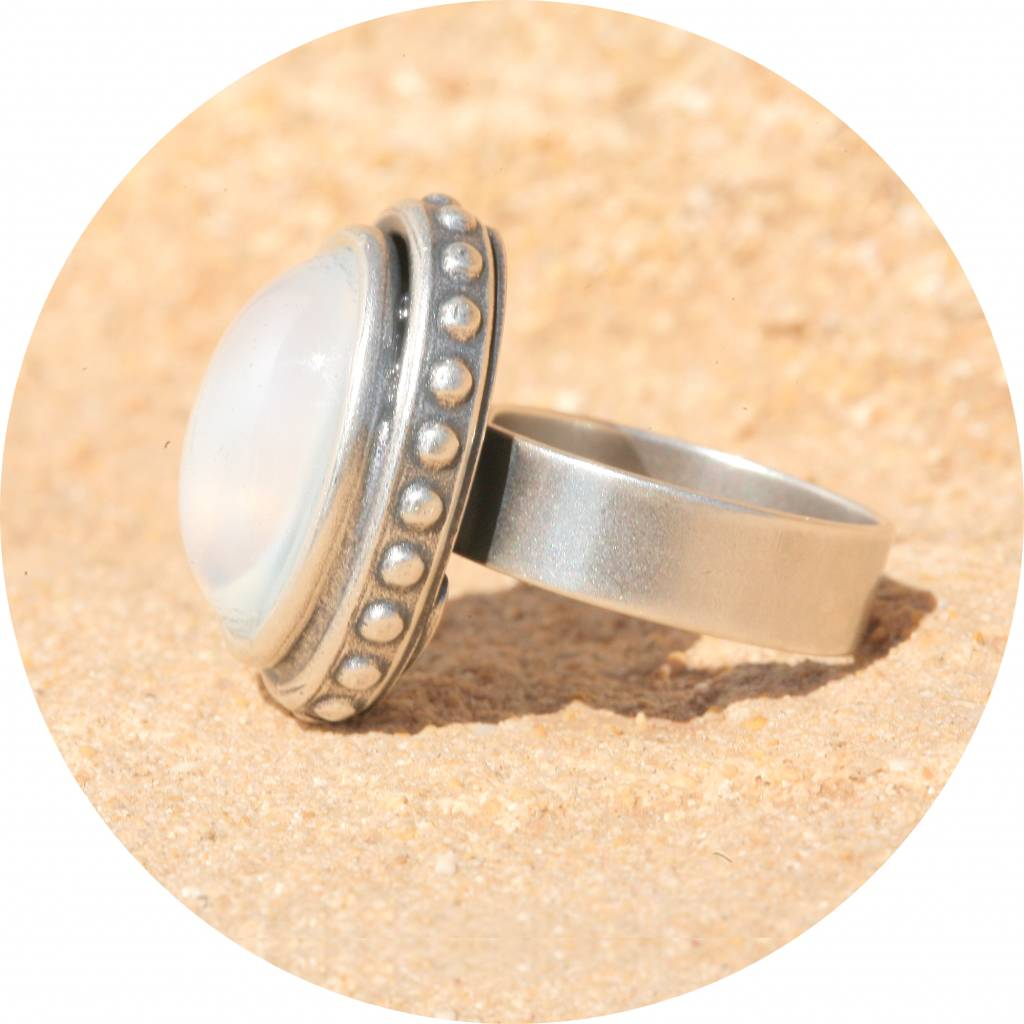 artjany Ring mit einem Cabochon in weiss opal