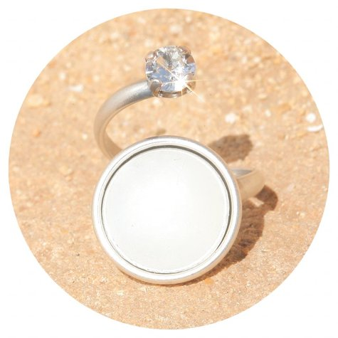 artjany Ring mit einem cabochon & crystal  in weiss opal