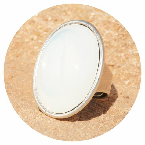 artjany Ring mit einem Cabochon in weiss opal