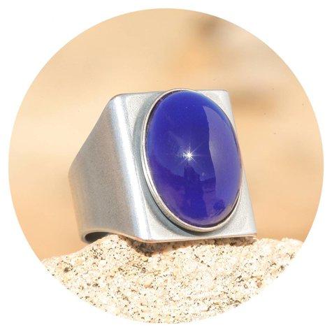 artjany Ring mit einem Cabochon in royal dark blue
