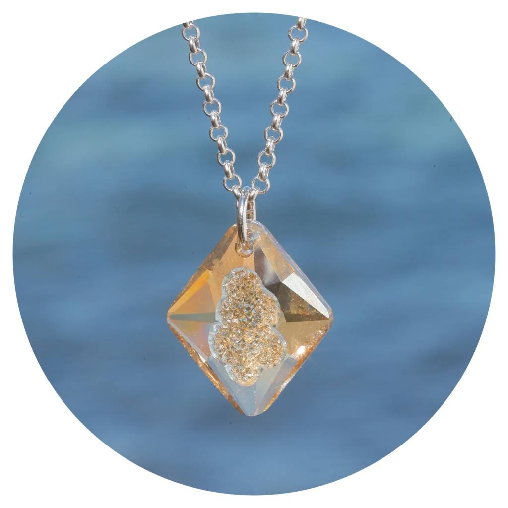 artjany Kette mit einem Rhombus Kristall in golden shadow