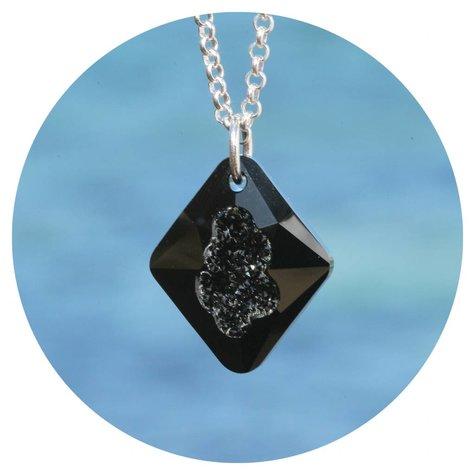 artjany Kette mit einem Rhombus Kristall in jet