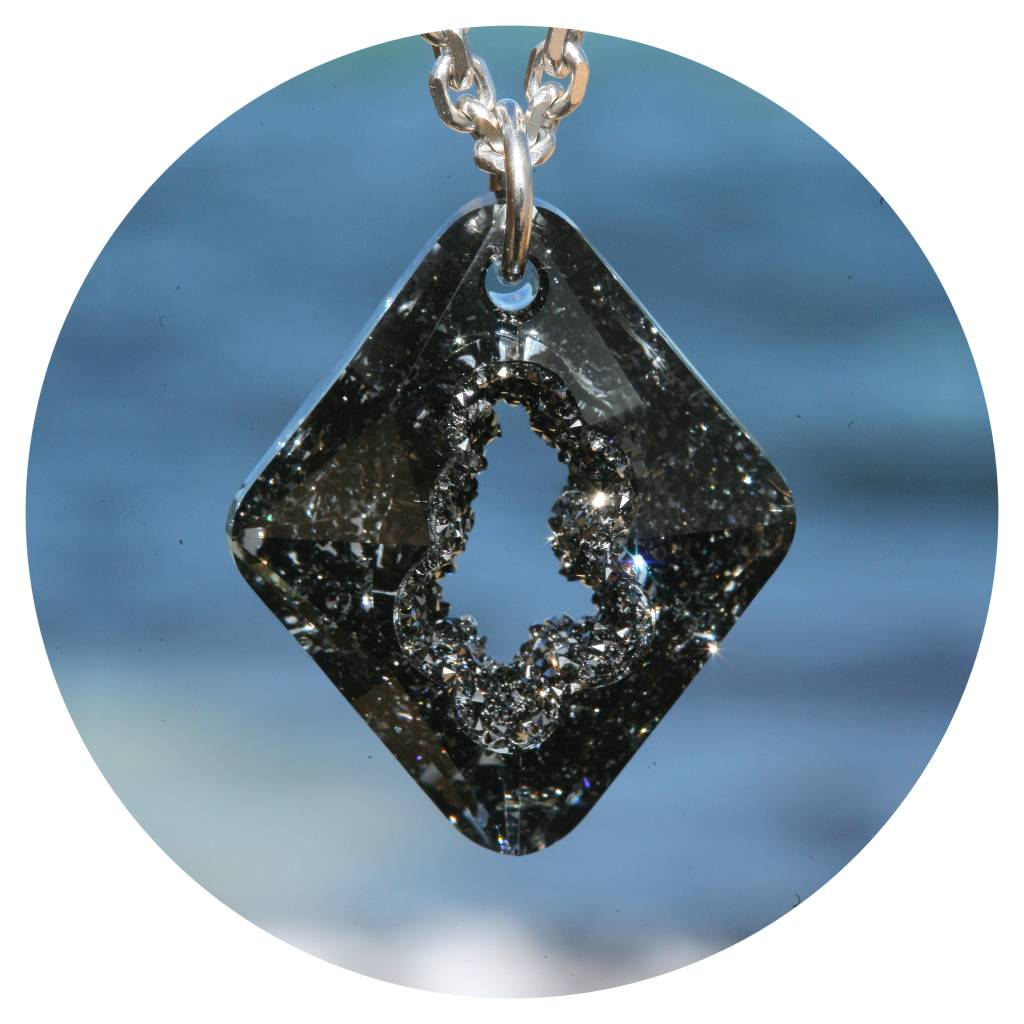 artjany Kette mit einem Rhombus Kristall in silvernight