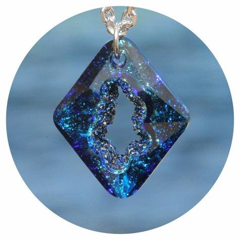 artjany Kette mit einem Rhombus Kristall in bermuda blue