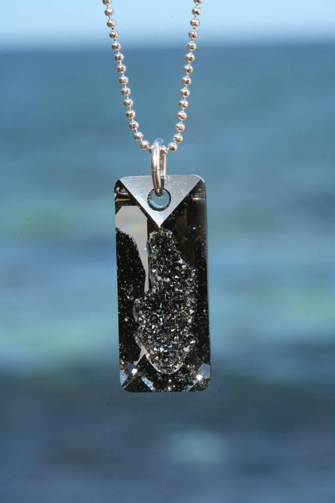 artjany Kette mit einem Rectangle Kristall in silvernight
