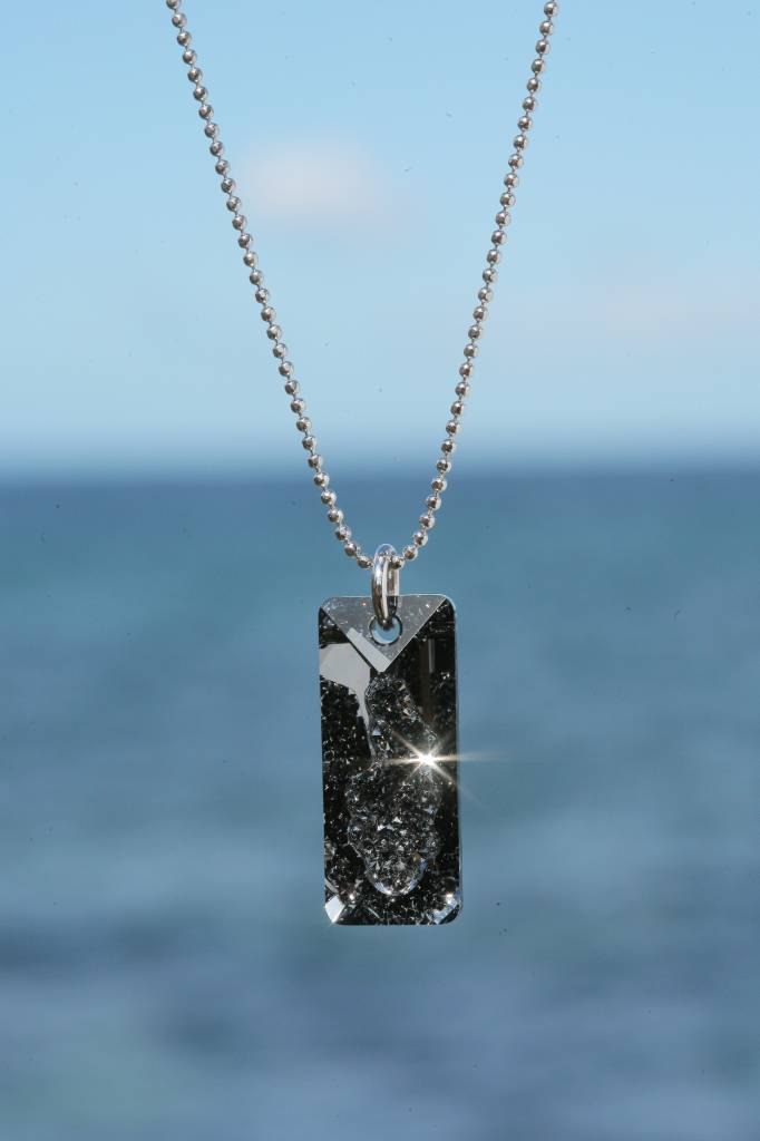 artjany Kette mit einem Rectangle Kristall in silvernight