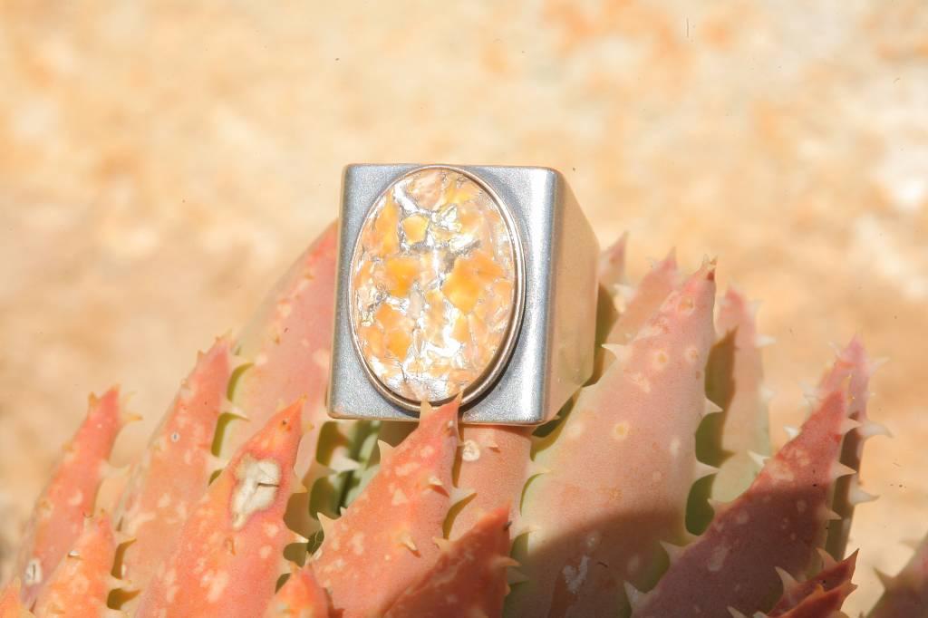 artjany Ring mit einem Cabochon in orange patina