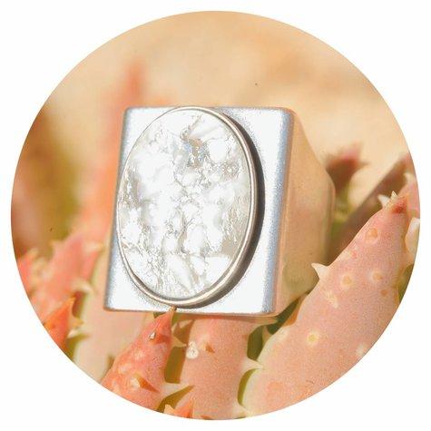 artjany Ring mit einem Cabochon in white patina