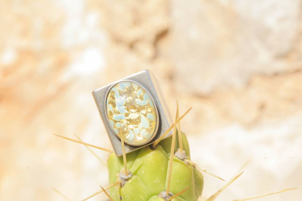 artjany Ring mit einem Cabochon in blaugold