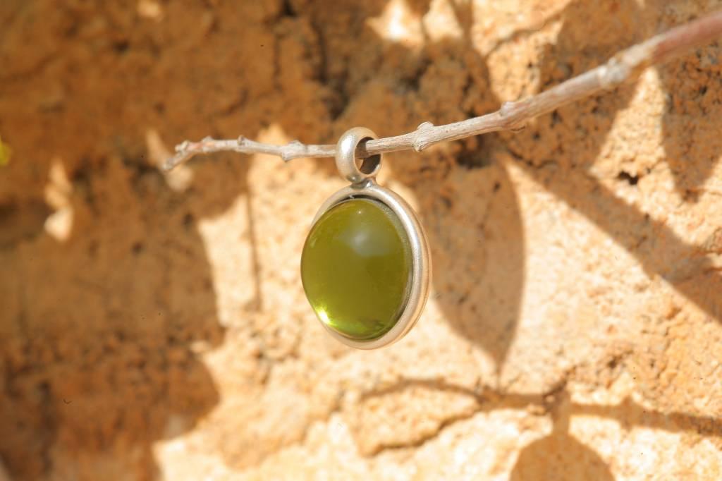 artjany Anhänger mit einem Cabochon in olivin