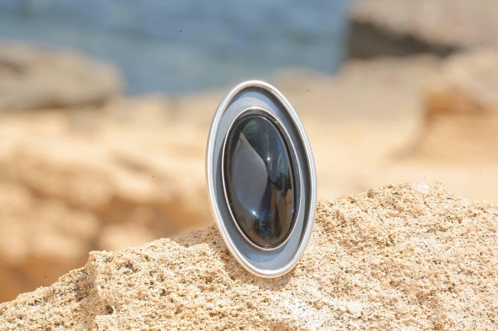 artjany Ring mit einem ovalen Cabochon in Montana blau