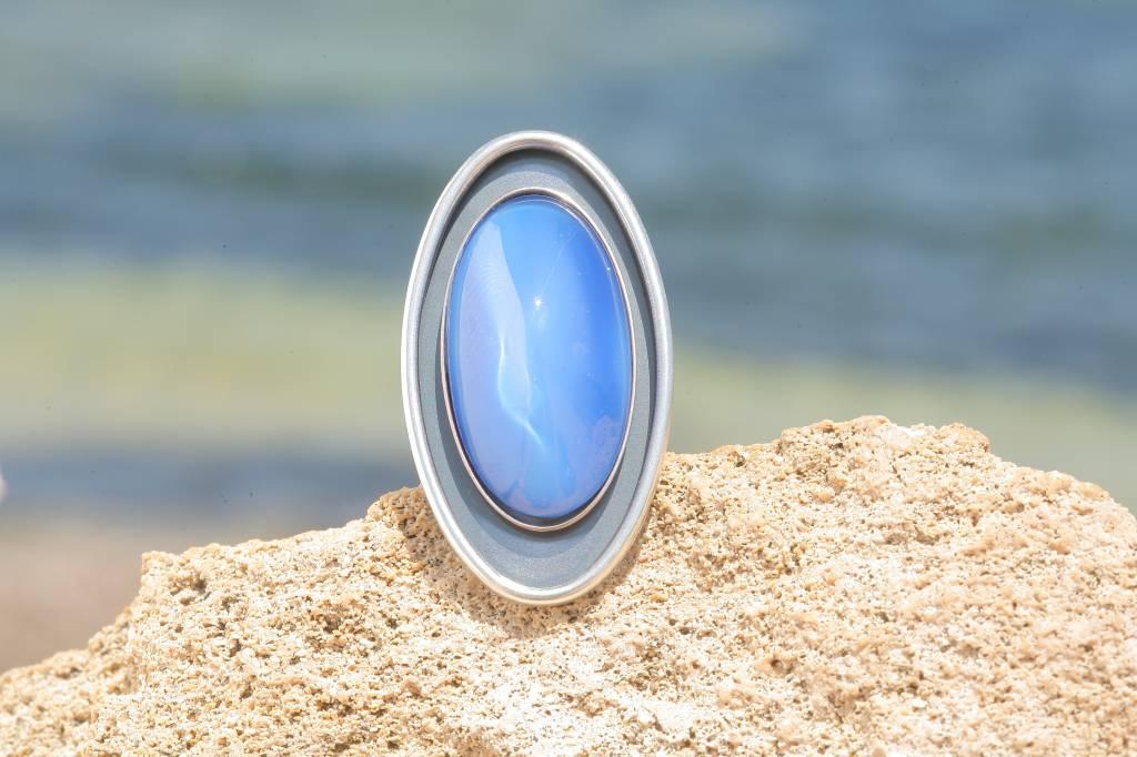 artjany Ring mit einem ovalen Cabochon in seidenblau