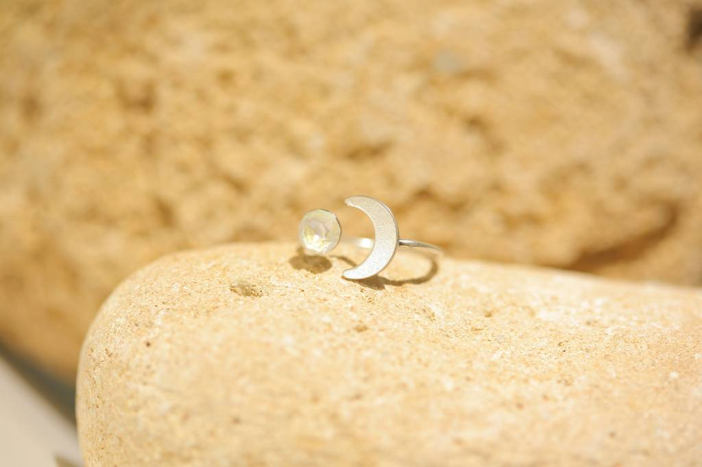 artjany Halbmond Ring mit einem Kristall in grey delite