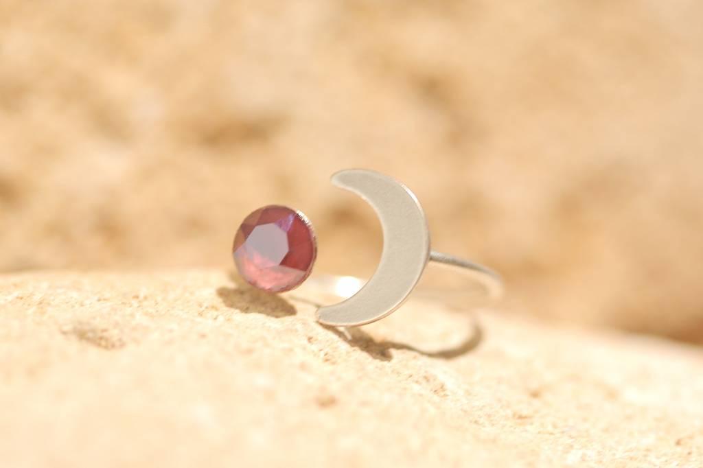 artjany Halbmond Ring mit einem Kristall in dark red