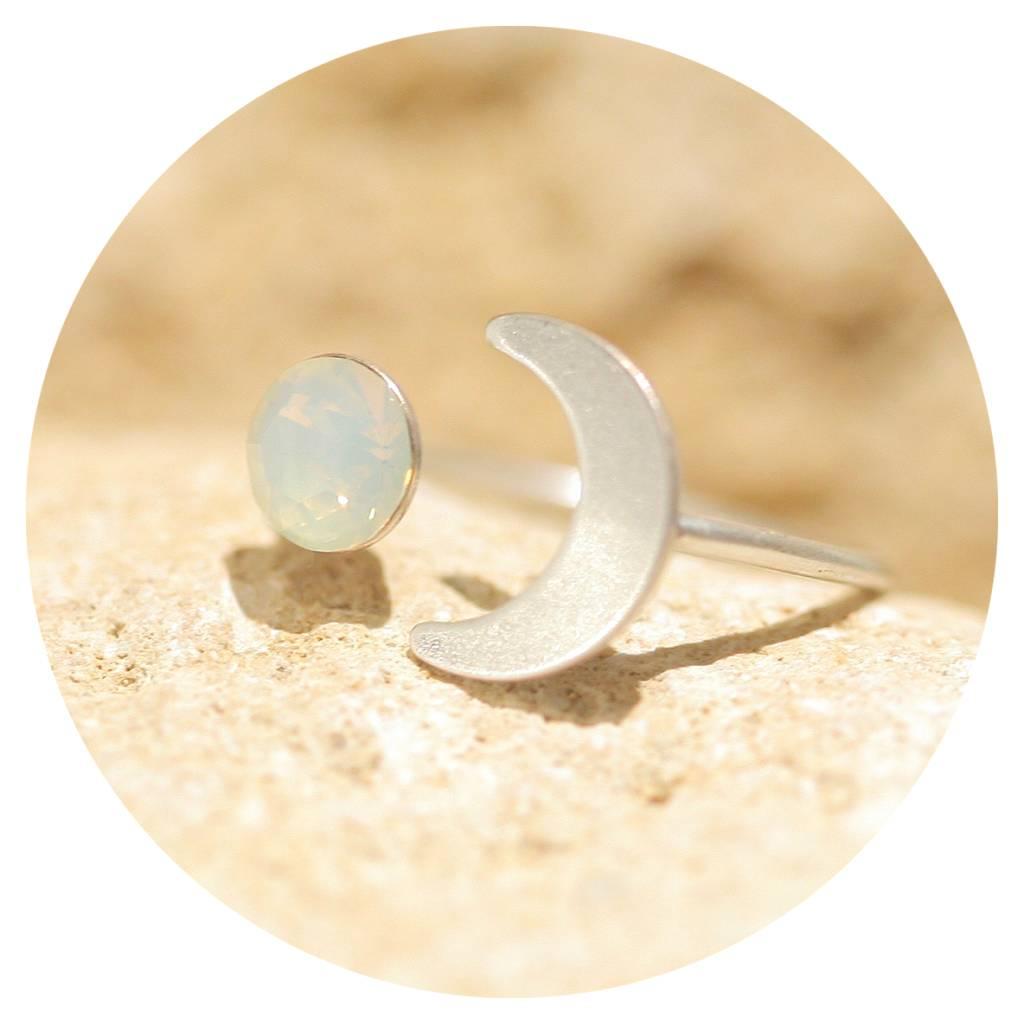 artjany Halbmond Ring mit einem Kristall in white opal
