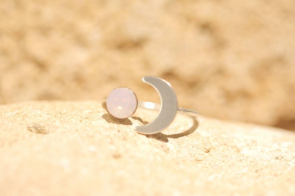 artjany Halbmond Ring mit einem Kristall in rose water opal rosa