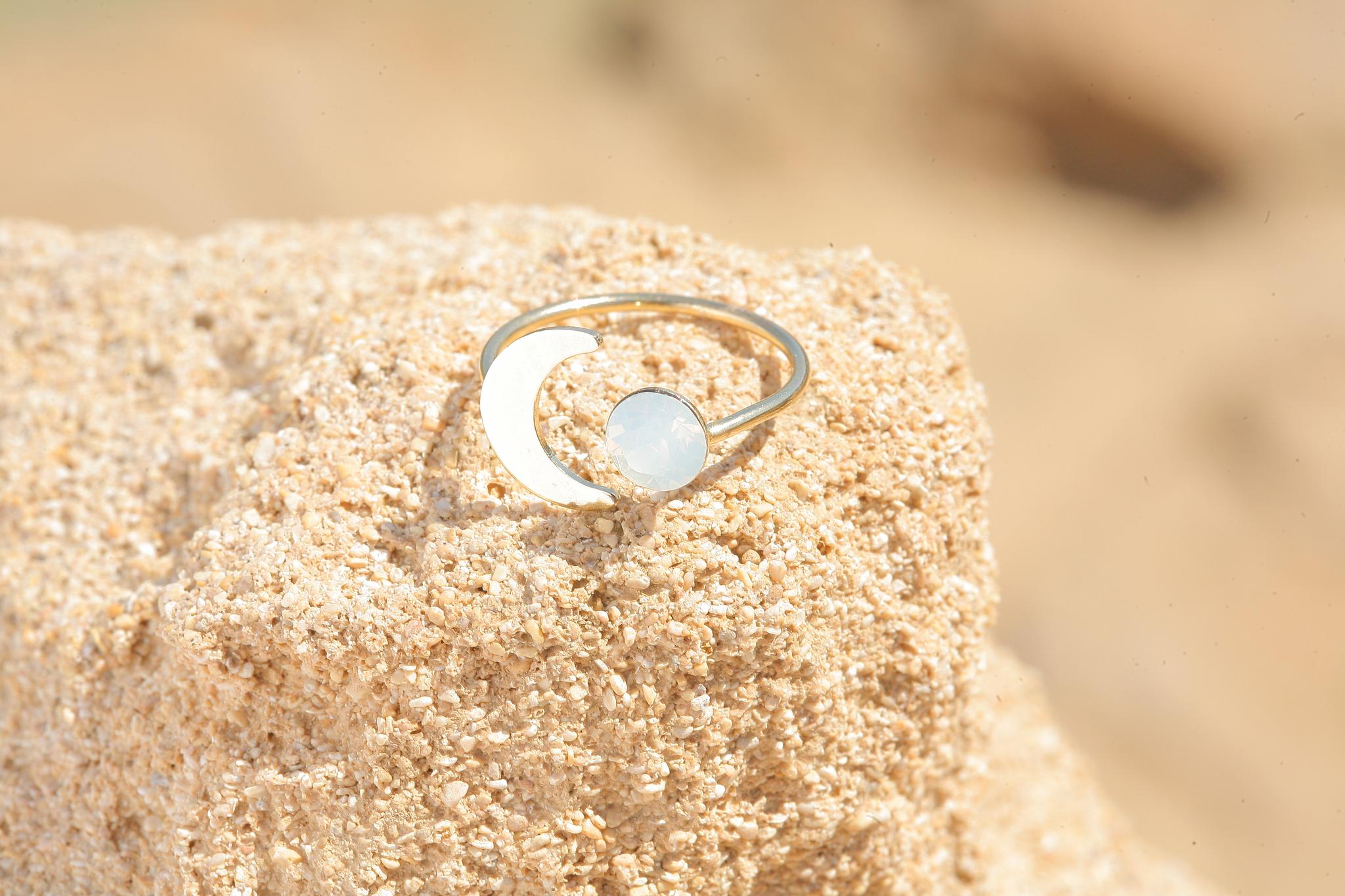 artjany goldener Halbmond Ring mit einem Kristall in white opal