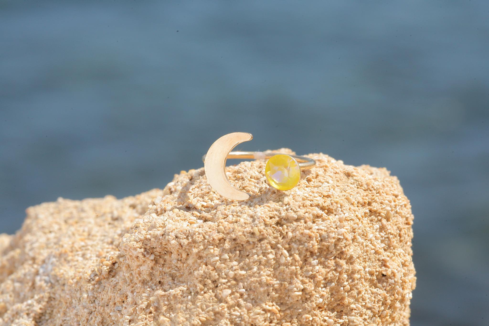 artjany goldener Halbmond Ring mit einem Kristall in sunflower deLite