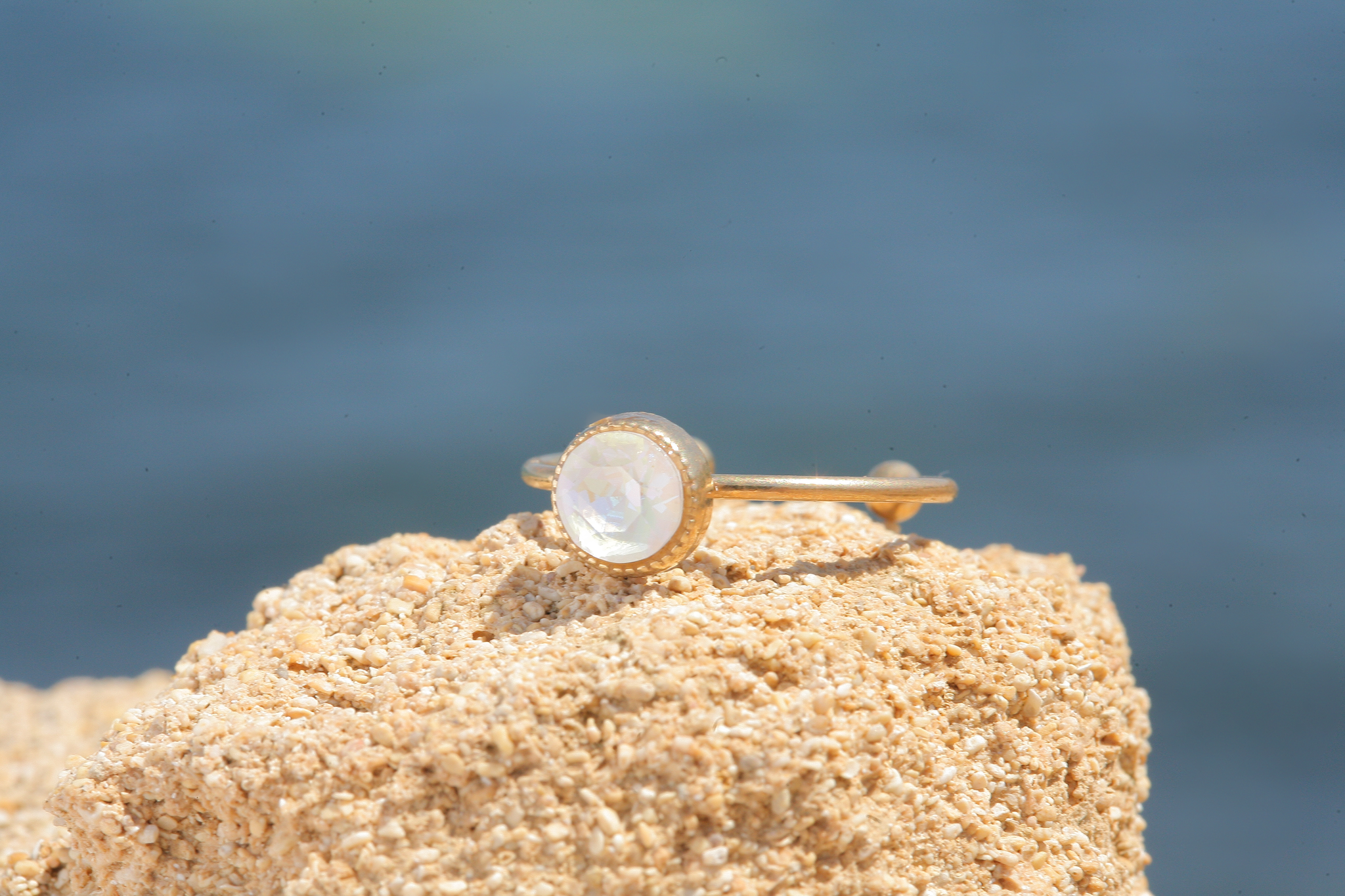 Zierlicher goldener Ring in light grey deLite