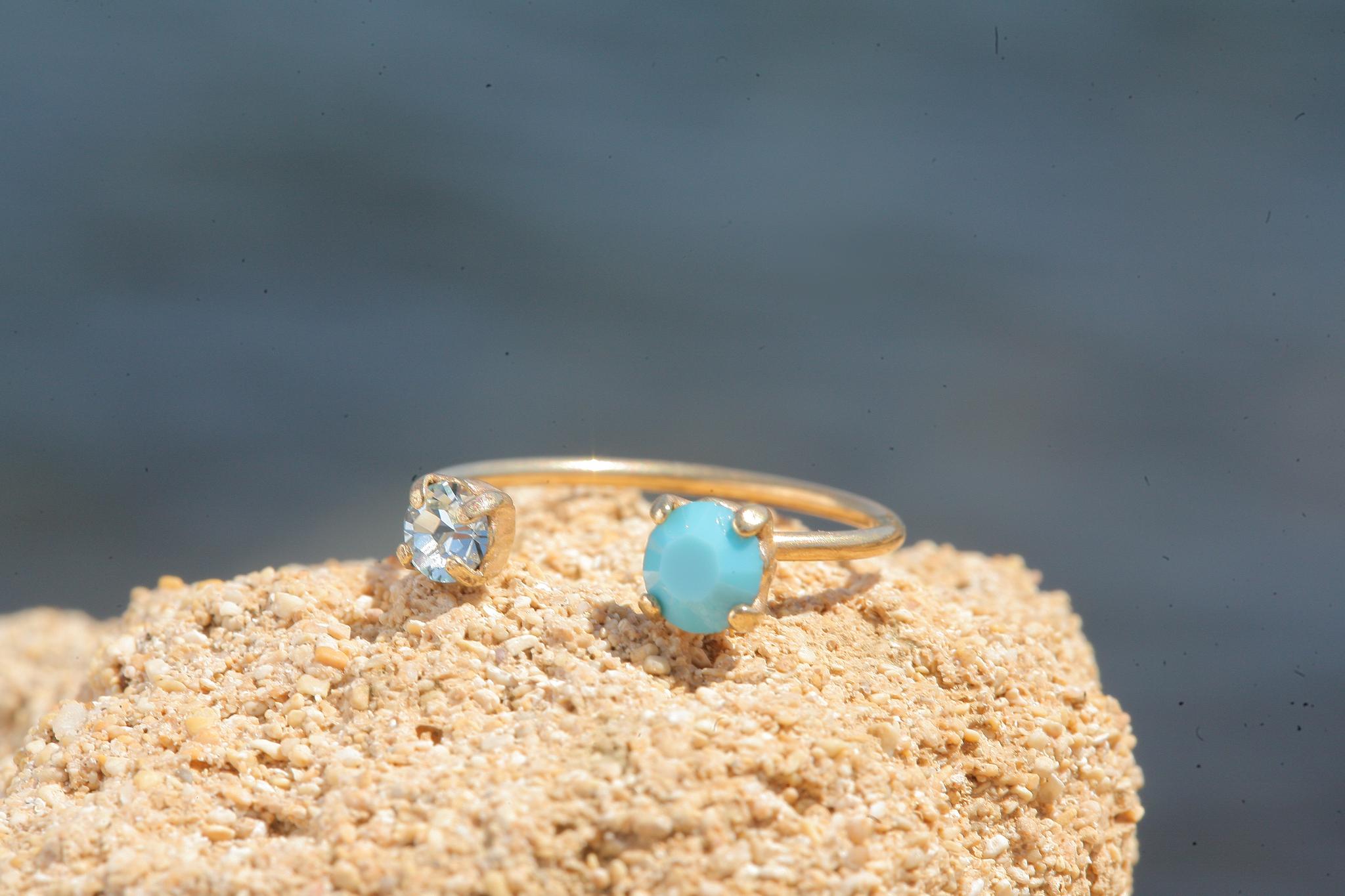 Zierlicher goldener Ring in einem turquoise mix