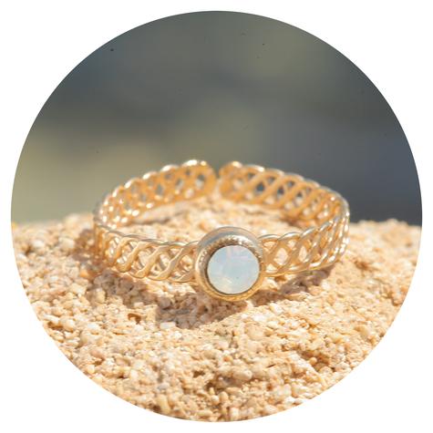 Zierlicher goldener Ring in white opal