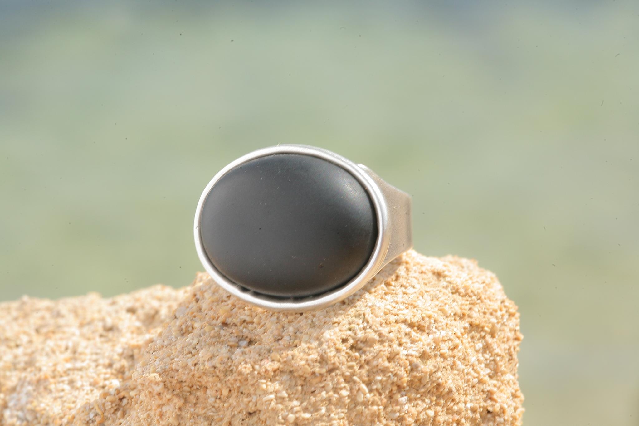 artjany Ring mit einem Cabochon in schwarz matt