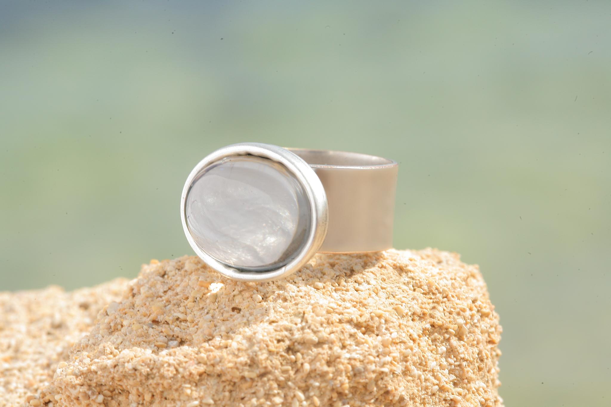 artjany Ring mit einem Cabochon in black diamond