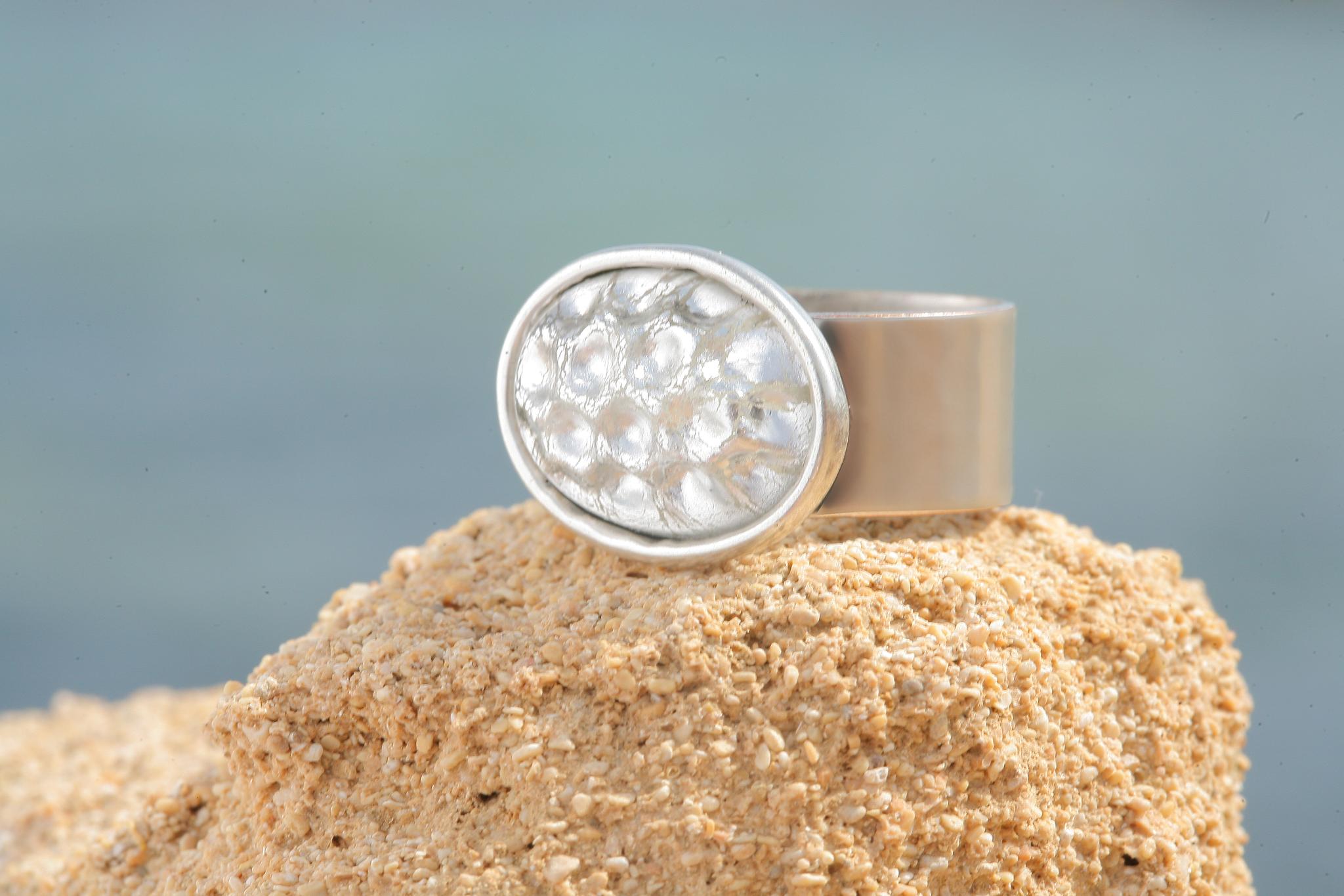 artjany Ring mit einem Cabochon in deep silver