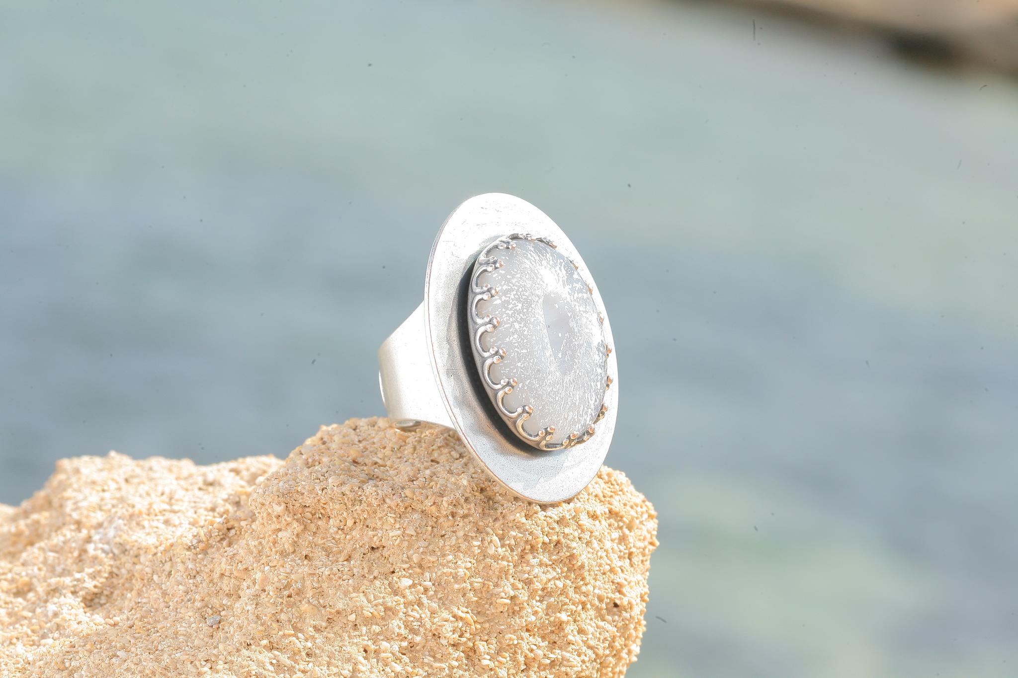 artjany Ring mit einem Cabochon in silbergrau