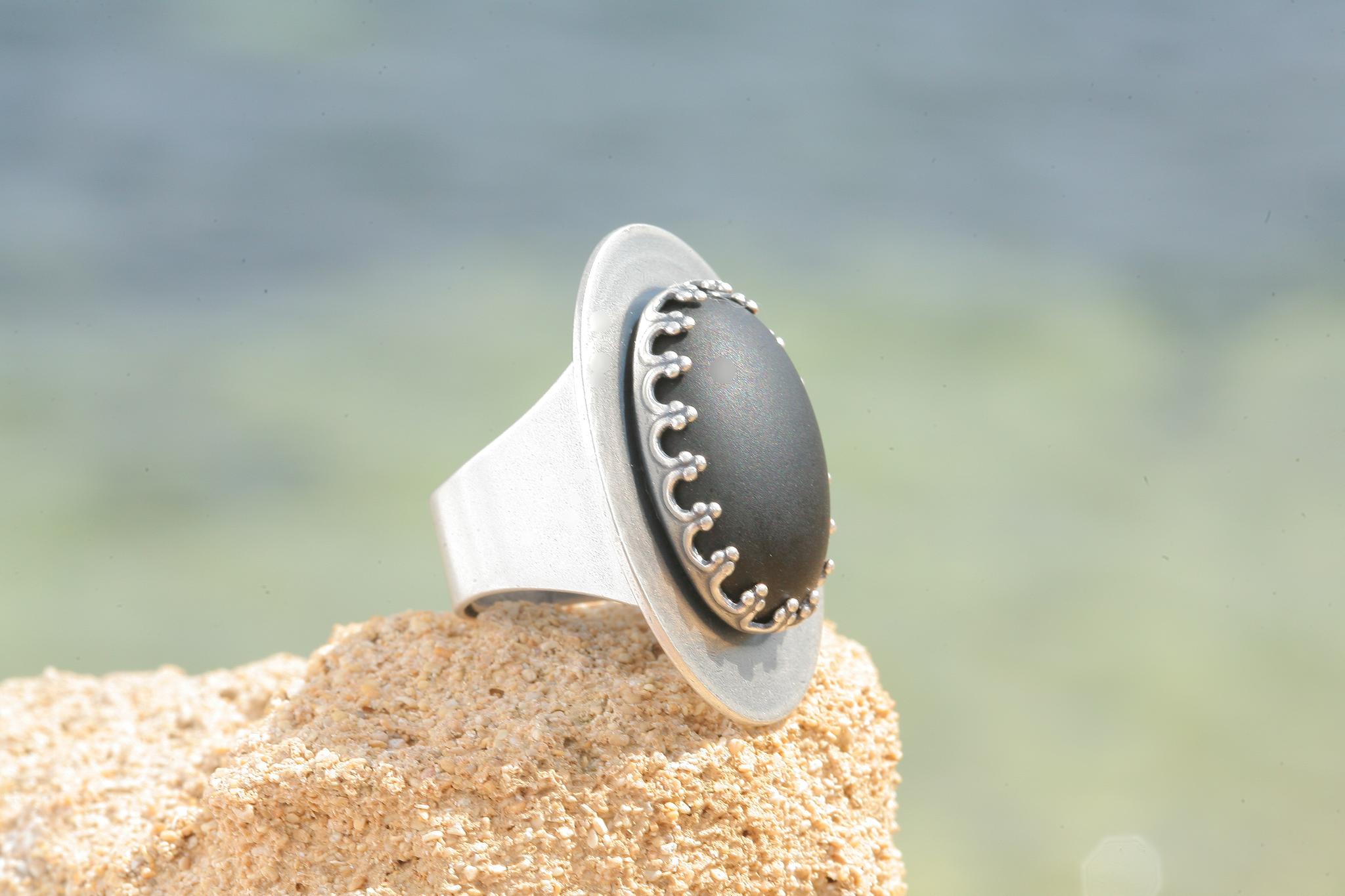 artjany Ring mit einem Cabochon in mattschwarz