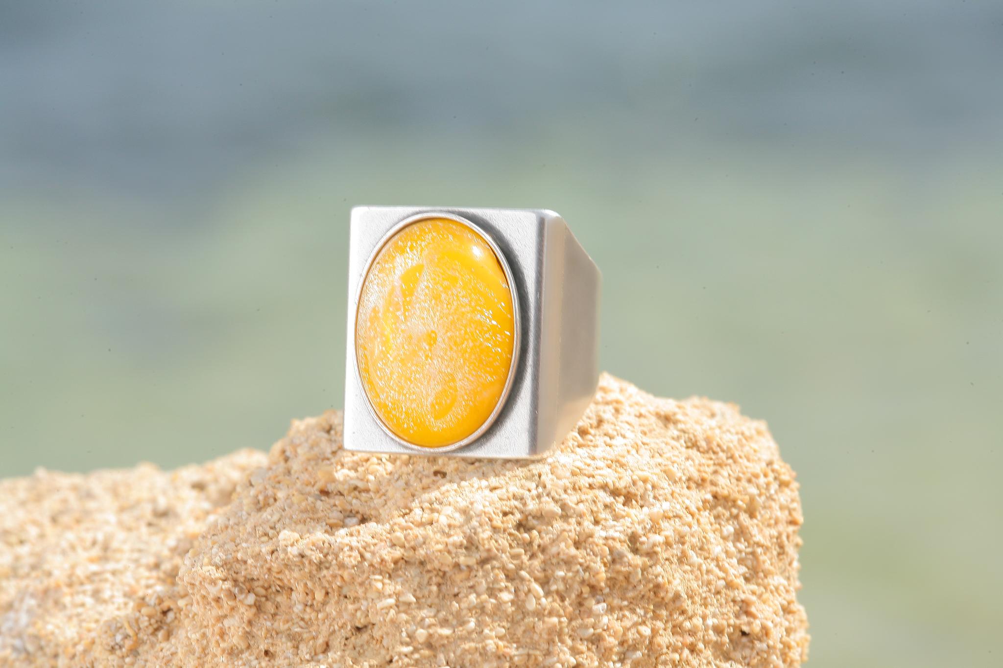 artjany Ring mit einem Cabochon in gelb patina