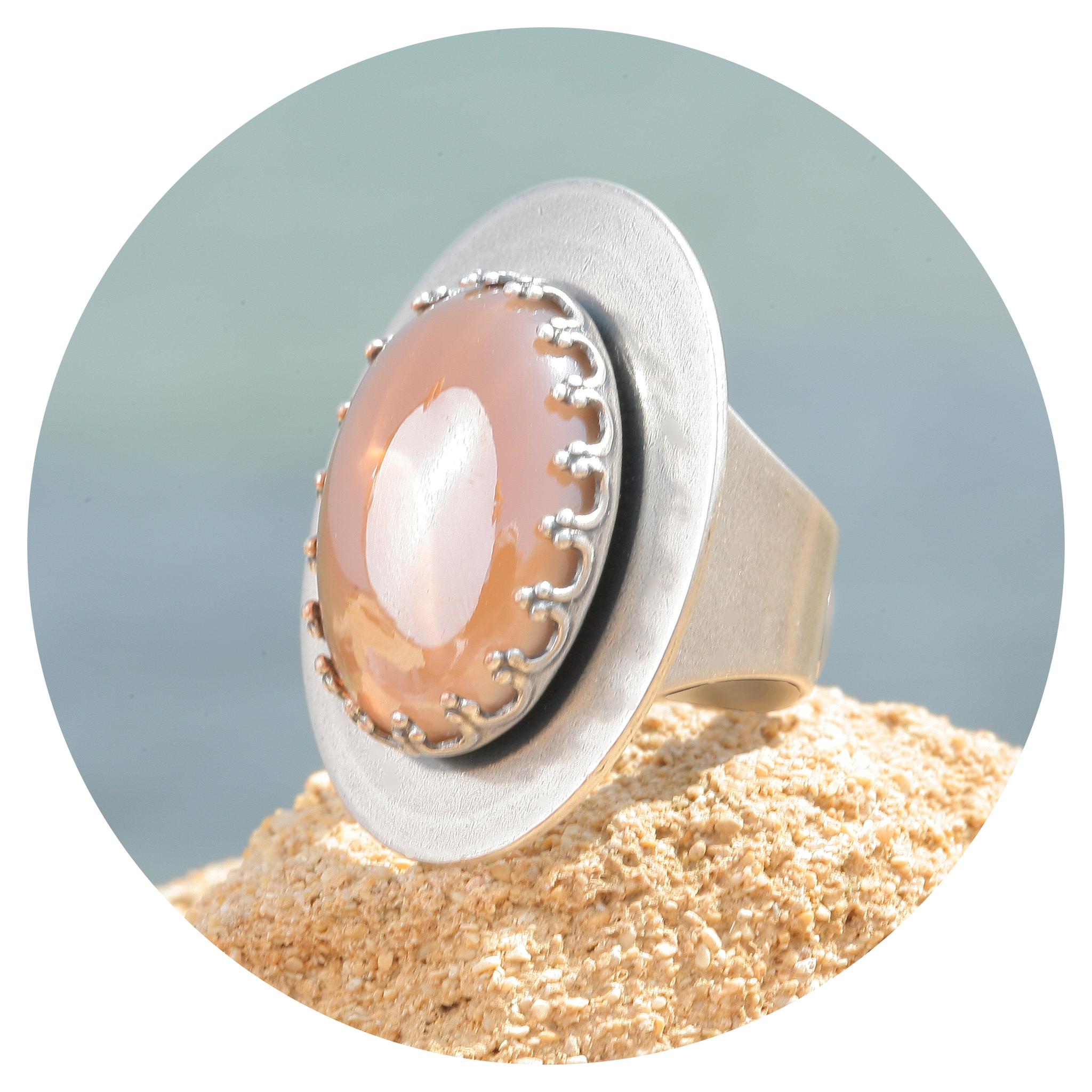 artjany Ring mit einem Cabochon in hellbraun metallic