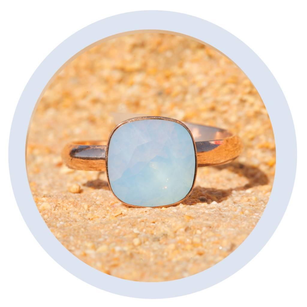 artjany Ring in rosegold mit einem crystal in air opal