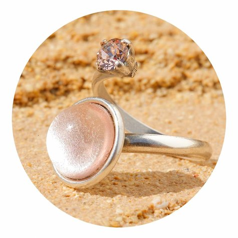 artjany Ring mit einem Cabochon & crystal in silberrose
