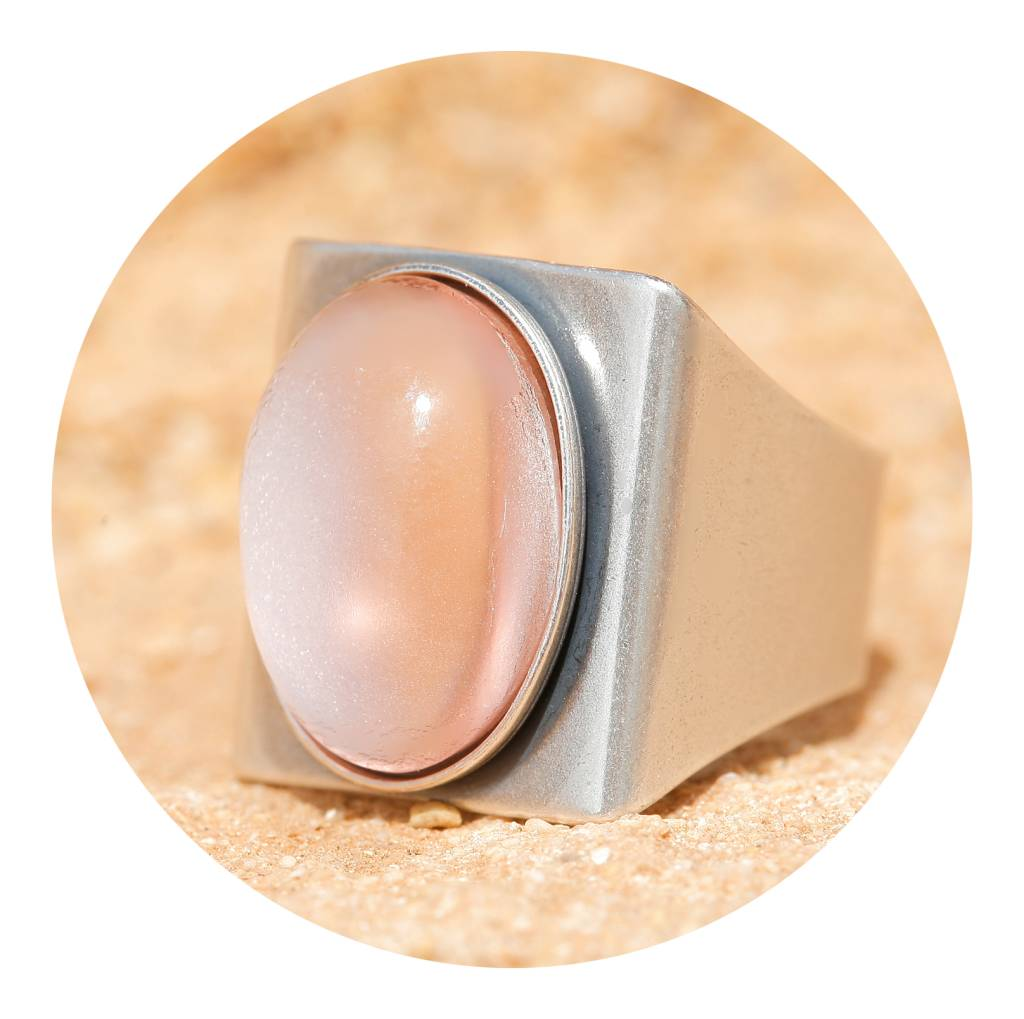 artjany Ring mit einem Cabochon in silberrose