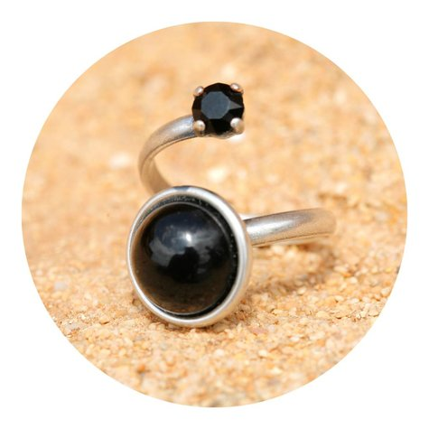 artjany Ring mit einem crystal & einem Cabochon in schwarz