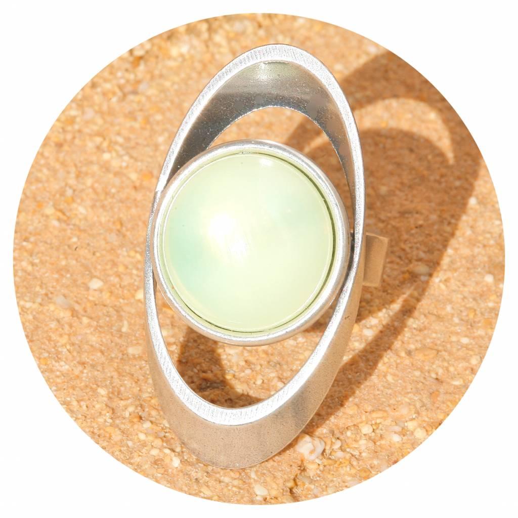 artjany Ring mit einem Cabochon in lemon opal