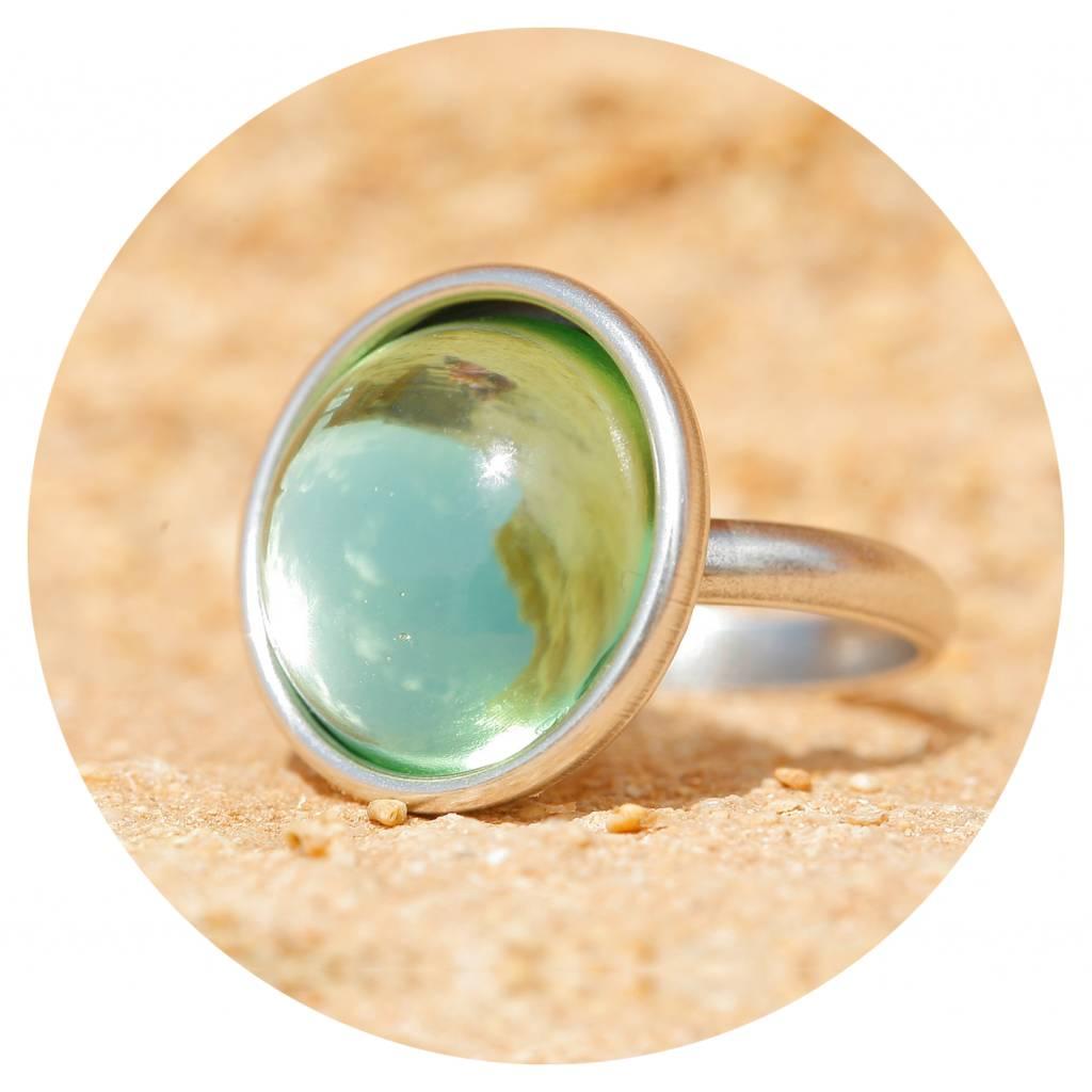 artjany Ring mit einem Cabochon in crysolite