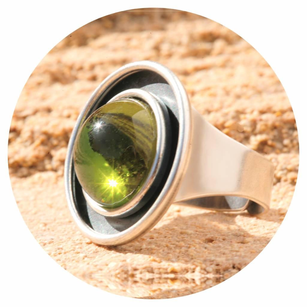 Ring mit einem Cabochon in olivine