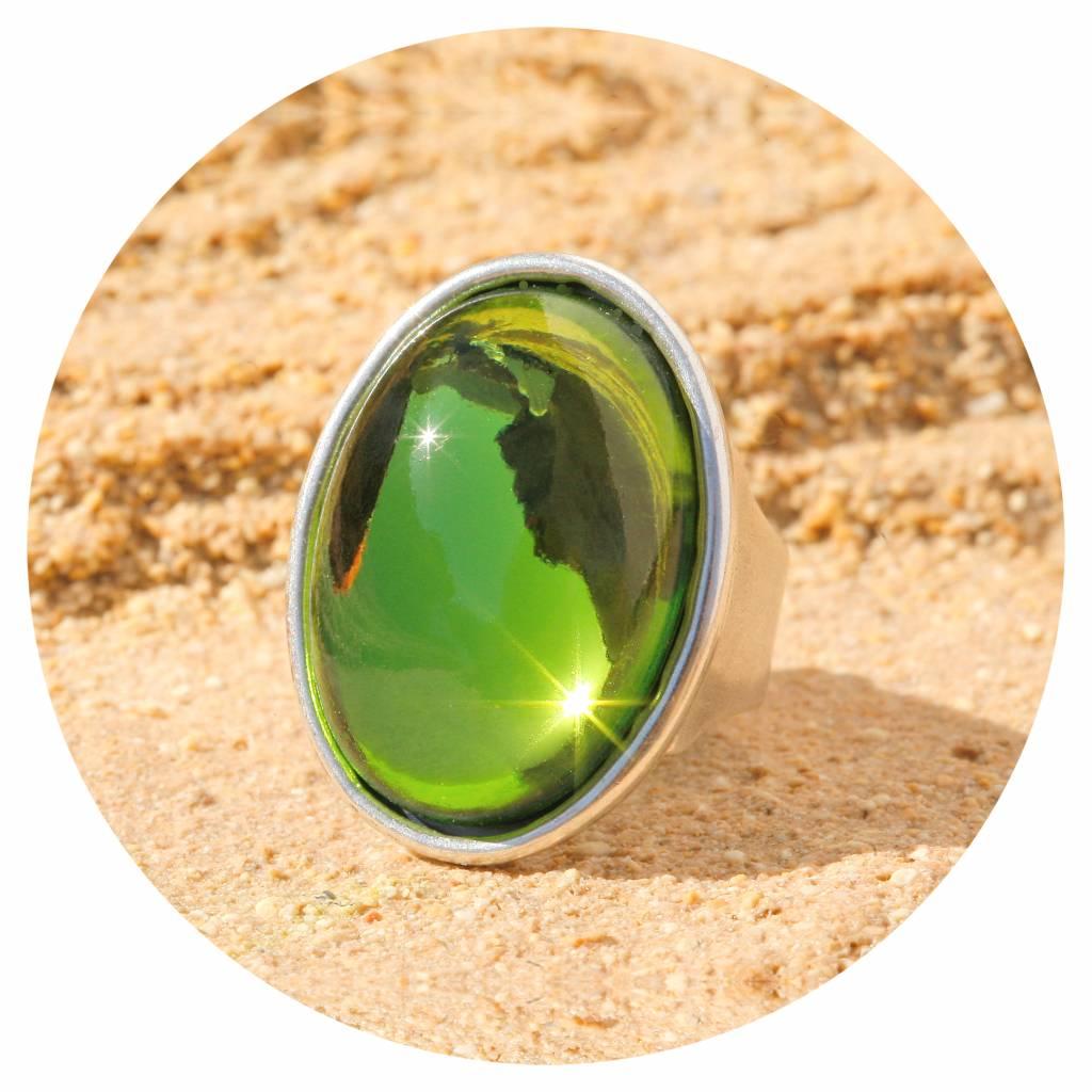 artjany Ring mit einem Cabochon in olivine