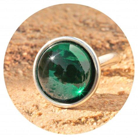 artjany Ring mit einem Cabochon in emerald